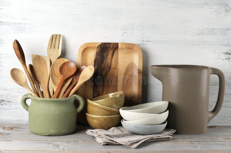 utensilen för tenderizeren för meat för kök för brädet viftar ägget isolerade liggande set white royaltyfri foto
