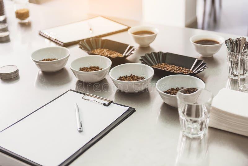 Utensili con caffè alla tavola immagine stock libera da diritti