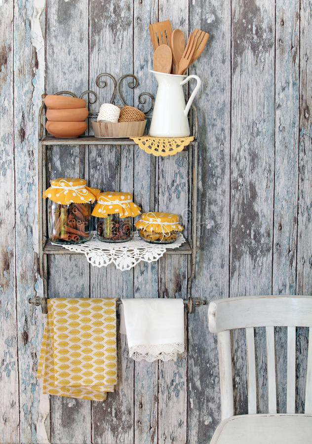 Utensili d'annata della cucina e spezie (cannella, chiodi di garofano, curcuma) dentro immagini stock libere da diritti