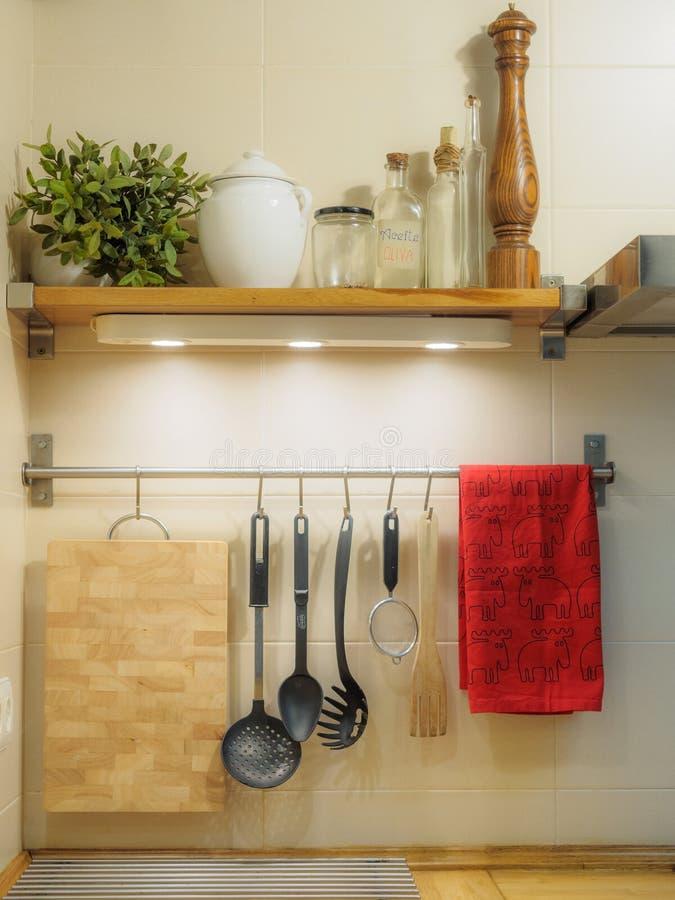 Utensili della cucina che appendono sulla parete fotografia stock libera da diritti