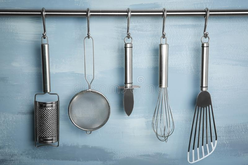 Utensili della cucina del metallo che appendono sullo scaffale fotografia stock libera da diritti