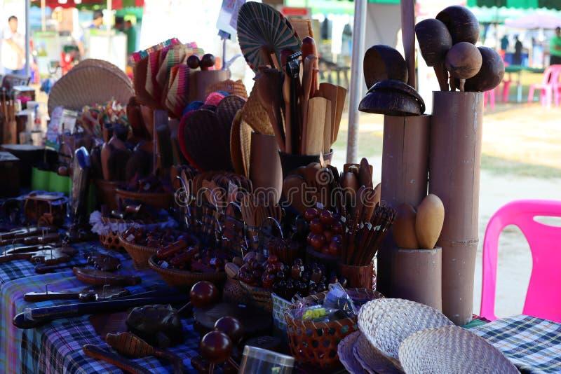 Utensili della cucina, mestolo della siviera e cucchiaio di legno fotografie stock