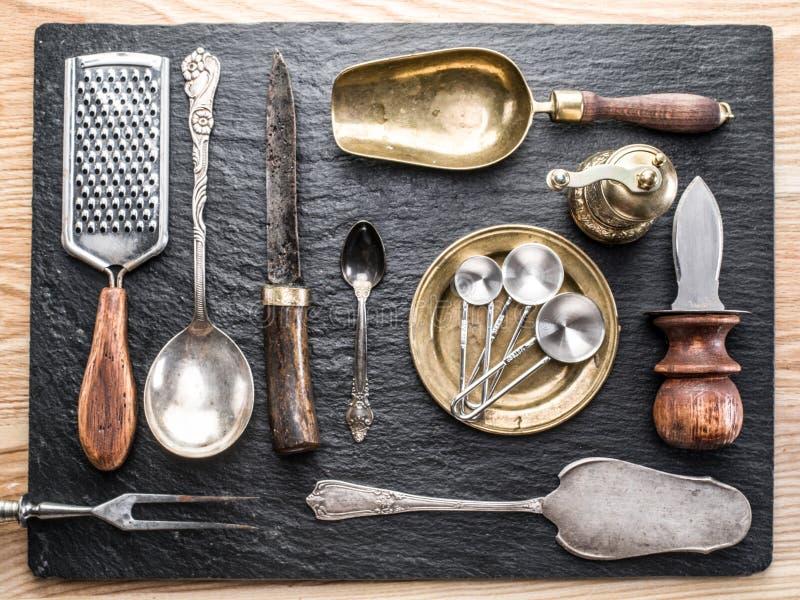 Utensili della cucina su un fondo della grafite immagini stock libere da diritti