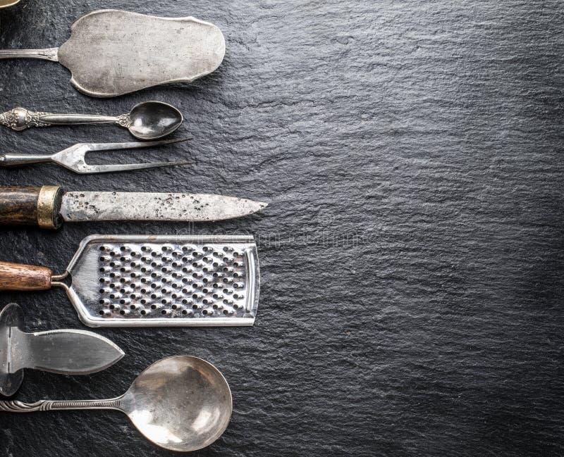 Utensili della cucina su un fondo della grafite fotografia stock libera da diritti