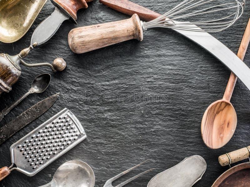 Utensili della cucina su un fondo della grafite immagine stock libera da diritti