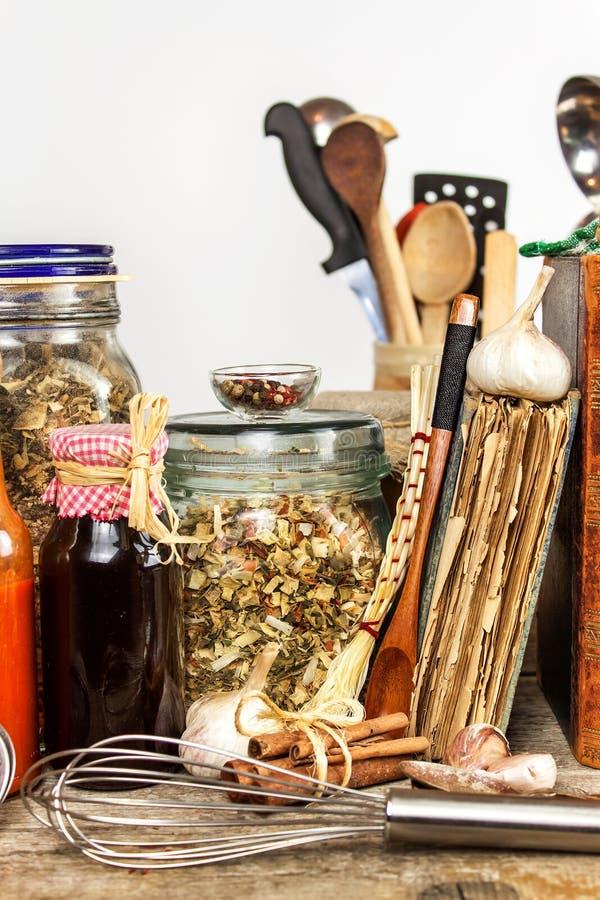 Utensili della cucina su una tavola di legno Priorità bassa bianca donna di vettore della preparazione della cucina dell'illustra fotografia stock