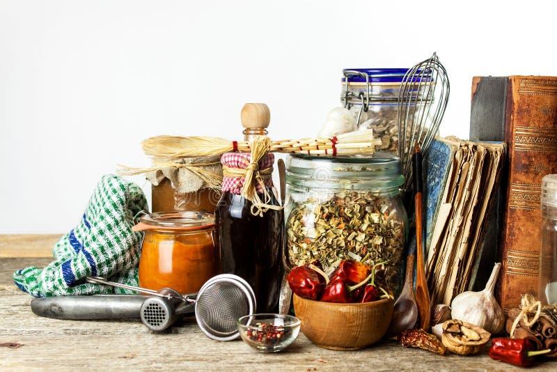 Utensili della cucina su una tavola di legno Priorità bassa bianca donna di vettore della preparazione della cucina dell'illustra immagine stock