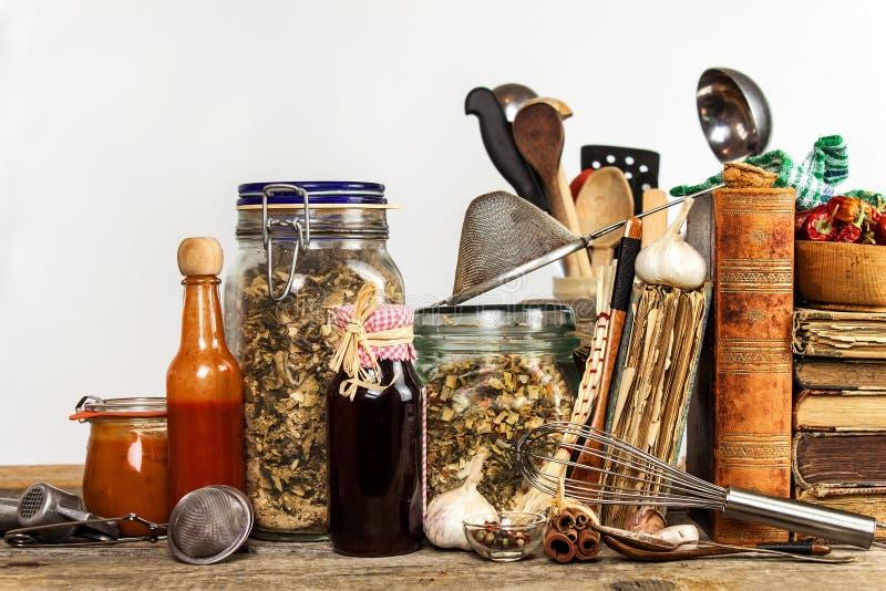 Utensili della cucina su una tavola di legno Priorità bassa bianca donna di vettore della preparazione della cucina dell'illustra fotografia stock libera da diritti