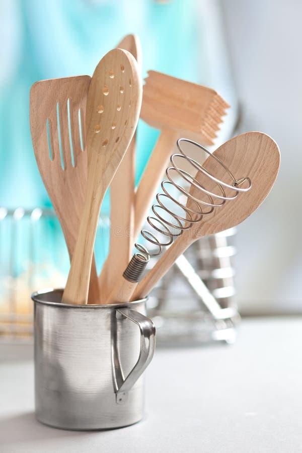 Utensili di legno della cucina in tazza immagini stock