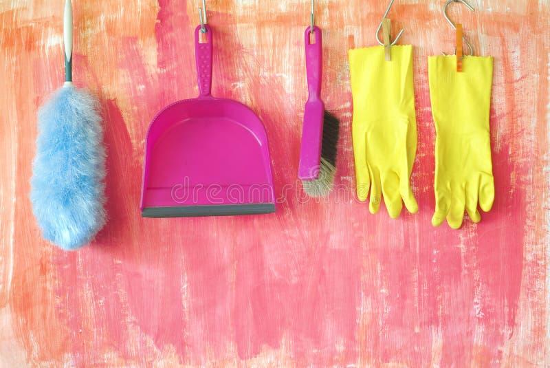 Utensili di pulizia, a mano spazzola, spolveratore della piuma, guanti di gomma, concetto di pulizia di dati immagine stock libera da diritti