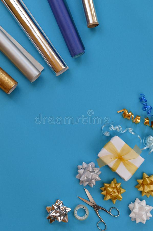 Utensili di spostamento di regalo su ciano fondo immagini stock