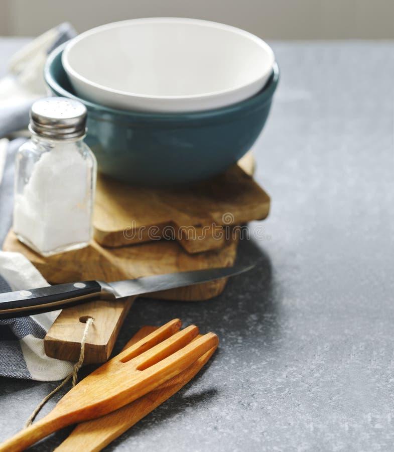 Utensili e stoviglie della cucina sulla tavola fotografia stock libera da diritti