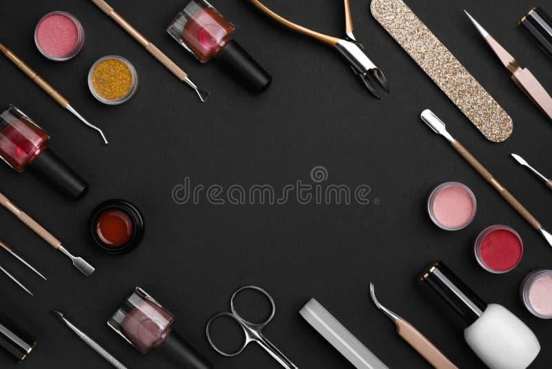 Utensili ed accessori per manicure o pedicure su fondo scuro fotografie stock