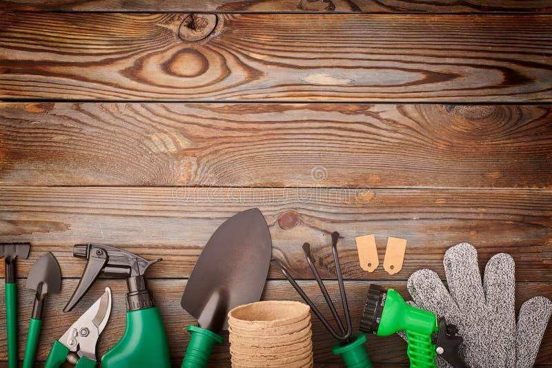 Utensili per giardinaggio su pavimentazione di legno fotografia stock