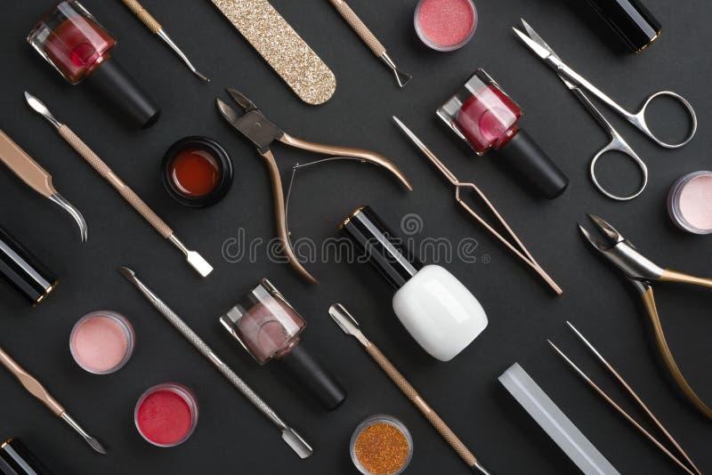 Utensili per manicure o pedicure e cosmetici isolati su fondo scuro immagini stock libere da diritti