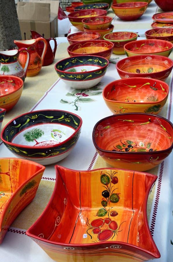 Utensilios de cerámica en el mercado callejero en Provence, Francia imagen de archivo libre de regalías
