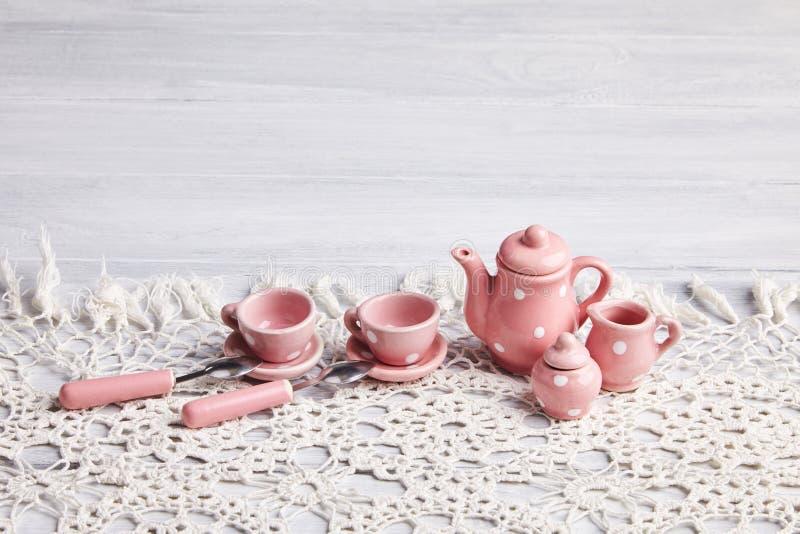 Utensilios de cerámica en la tabla de madera fotografía de archivo libre de regalías