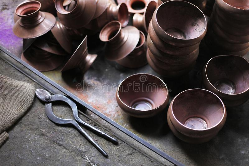 Utensilios de cobre en Tambat Ali, mercado de cobre, Pune, la India foto de archivo