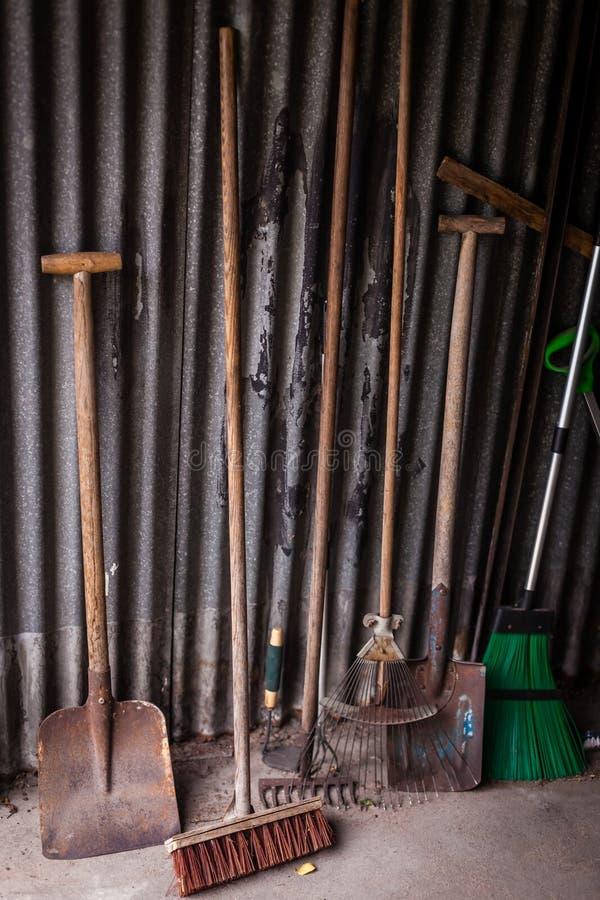 Utensilios de jardinería en una vertiente imagen de archivo libre de regalías