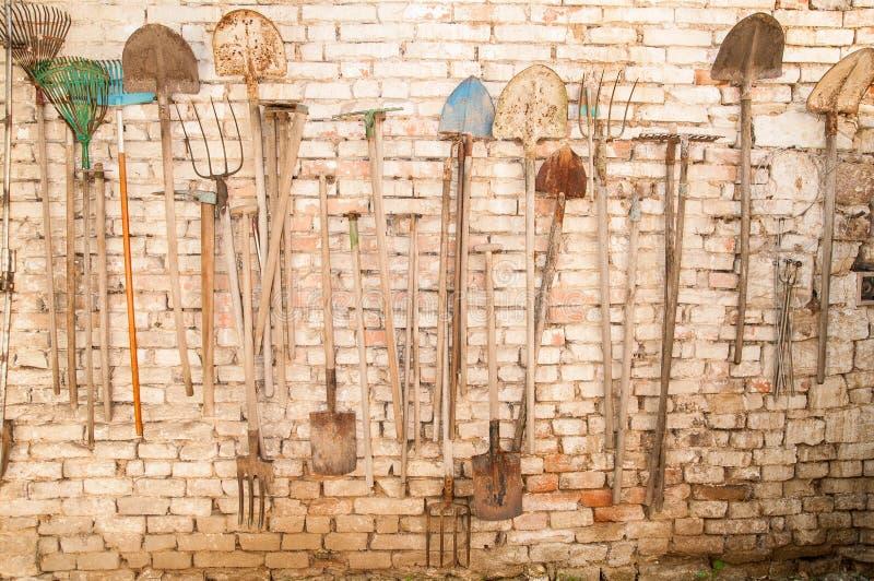 Utensilios de jardinería viejos imagen de archivo libre de regalías