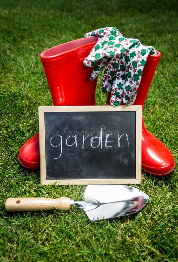 Utensilios de jardinería y pizarra con palabra fotografía de archivo libre de regalías