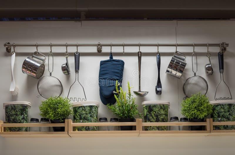 Utensilios de la cocina en la pared, diseño interior foto de archivo libre de regalías