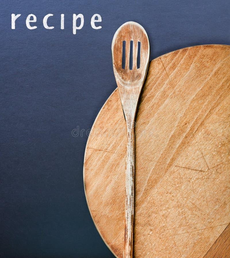 Utensilios de la cocina y una receta imagenes de archivo