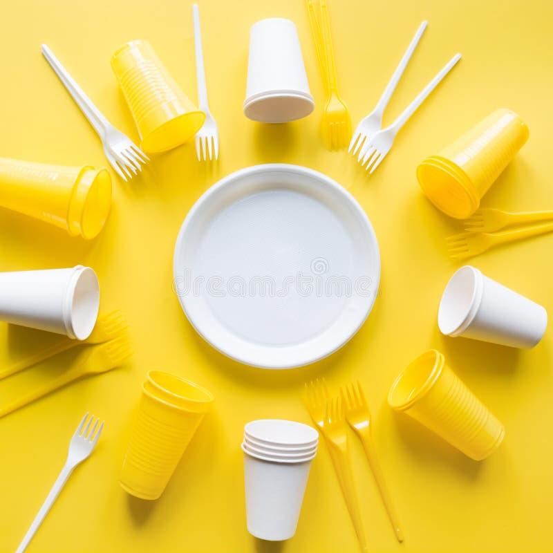 Utensilios de la comida campestre del uso de la chamusquina para reciclar en amarillo La recolección de basura plástica desechada imagen de archivo