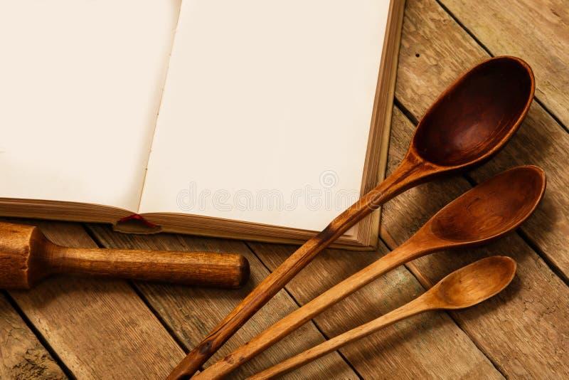 Utensilios de madera de la cocina fotos de archivo