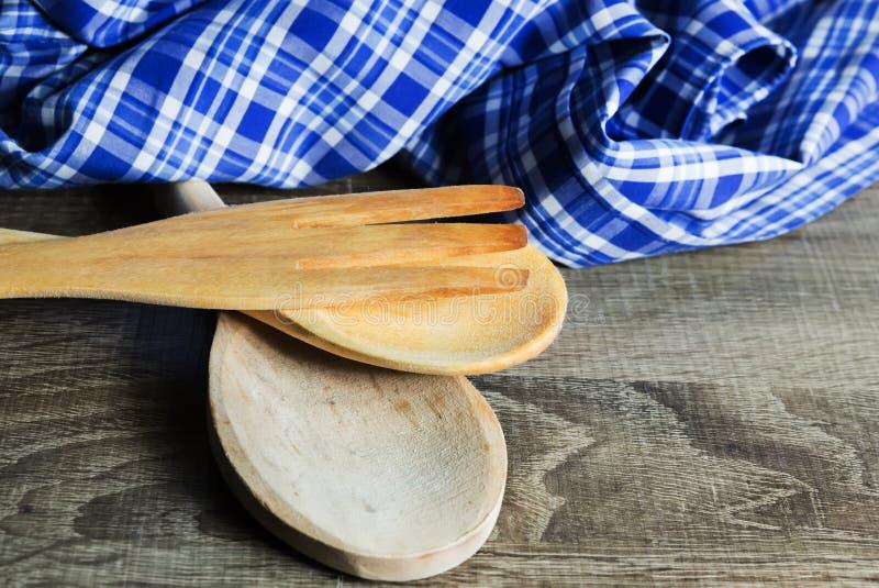 Utensilios de madera de la cocina en fondo de madera Cuchara, bifurcación y t imagenes de archivo