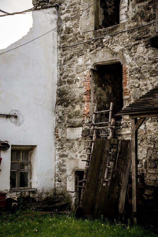 Utensilios de madera en las paredes de un castillo viejo imágenes de archivo libres de regalías