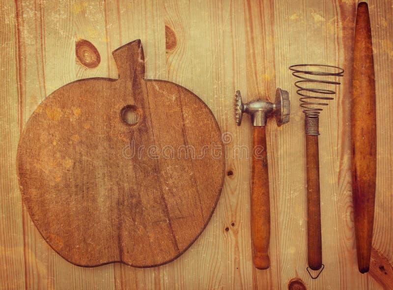 Utensilios de madera viejos de la cocina imagenes de archivo