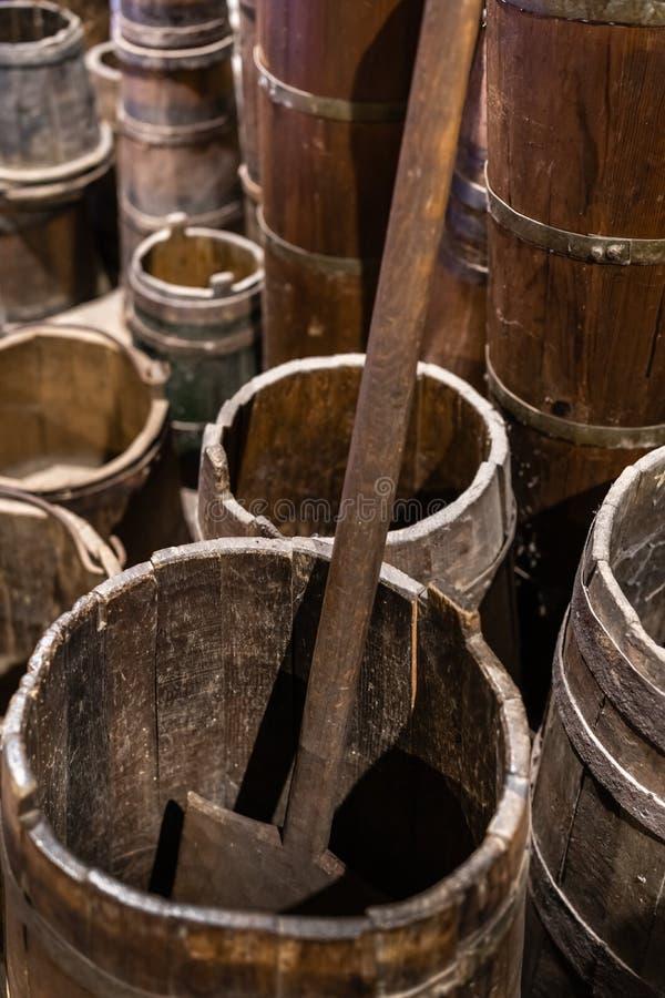 Utensilios de madera viejos de la cocina fotografía de archivo
