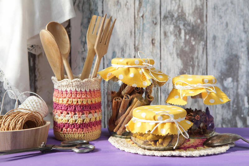 utensils för service för anddatalistkök trevliga Kanel, kryddnejlikor och gurkmeja i glass krus arkivbilder