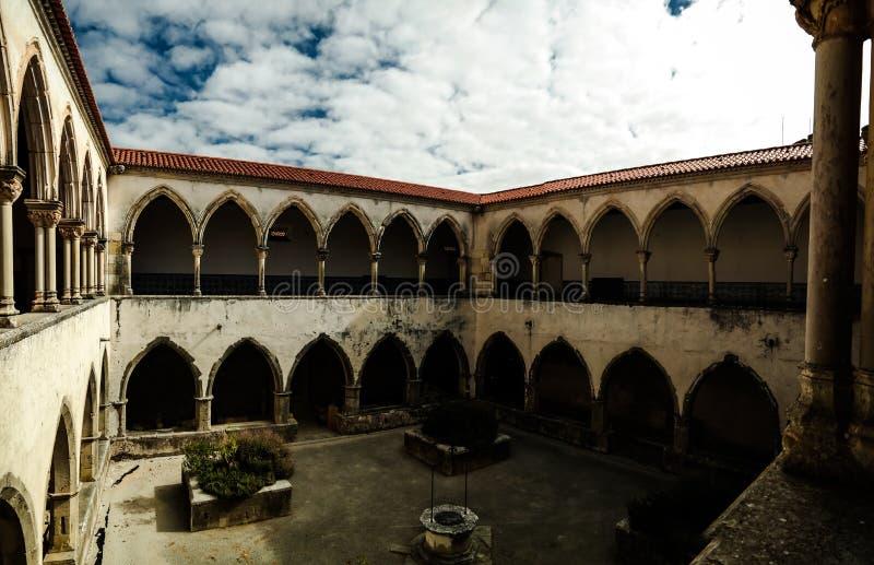 Uteplats av den Templar kyrkan av kloster av beställningen av Kristus i Tomar, Portugal royaltyfri foto
