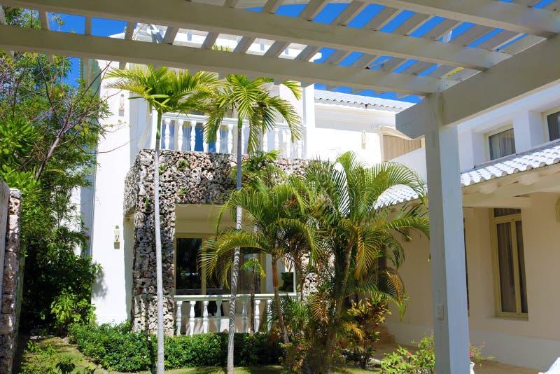 Uteplats av det lyxiga strandhuset i ett tropiskt paradis arkivbild