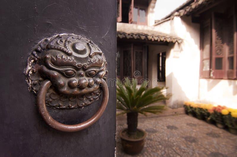 Uteplats av ett hus för traditionell kines som behing en stängd dörr fotografering för bildbyråer