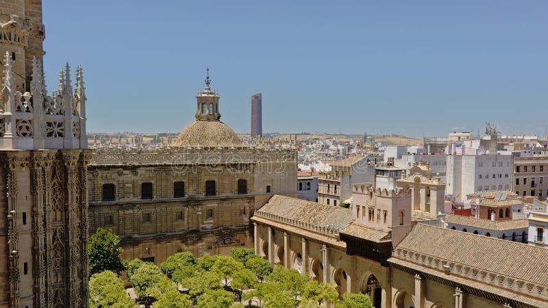 Uteplats de los Naranjos, den inre borggården med träd av den Seville domkyrkan av St Mary av ser arkivfoto