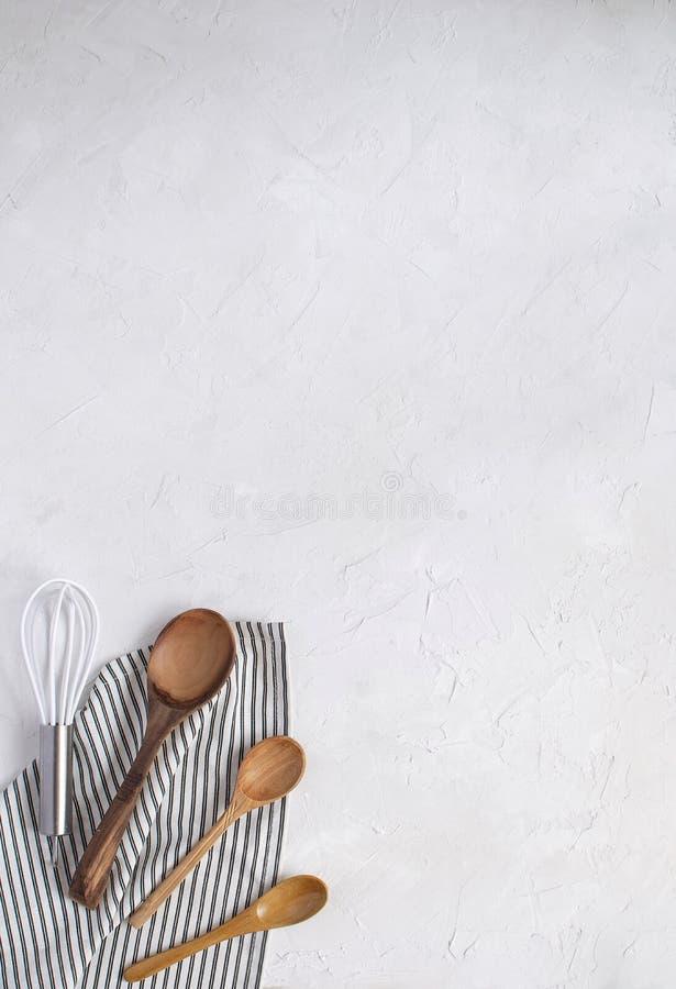 Utesils кухни минимальные - юркните и деревянные ложки стоковые фотографии rf