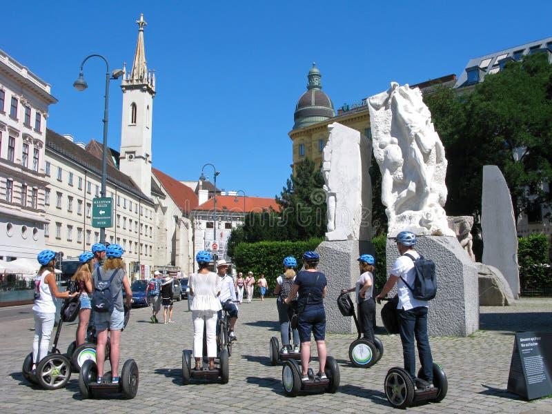 Utfärd vid segways i Wien, grupp människor med handboken royaltyfri foto