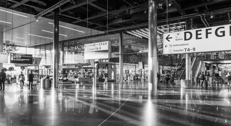 Utfärda utegångsförbud för korridoren på flygplatsen av Amsterdam, Schiphol arkivfoton