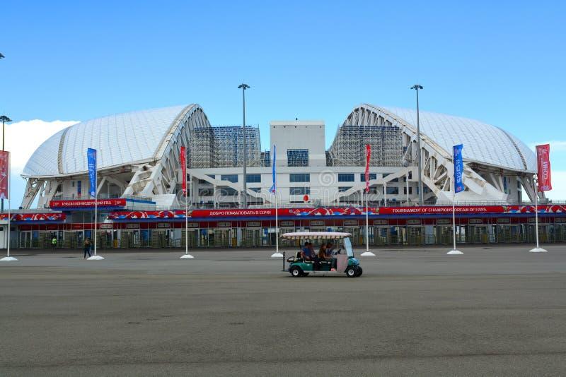 Utfärdbilen nära stadion för `-Fischt ` i den olympiska Sochien parkerar arkivfoton