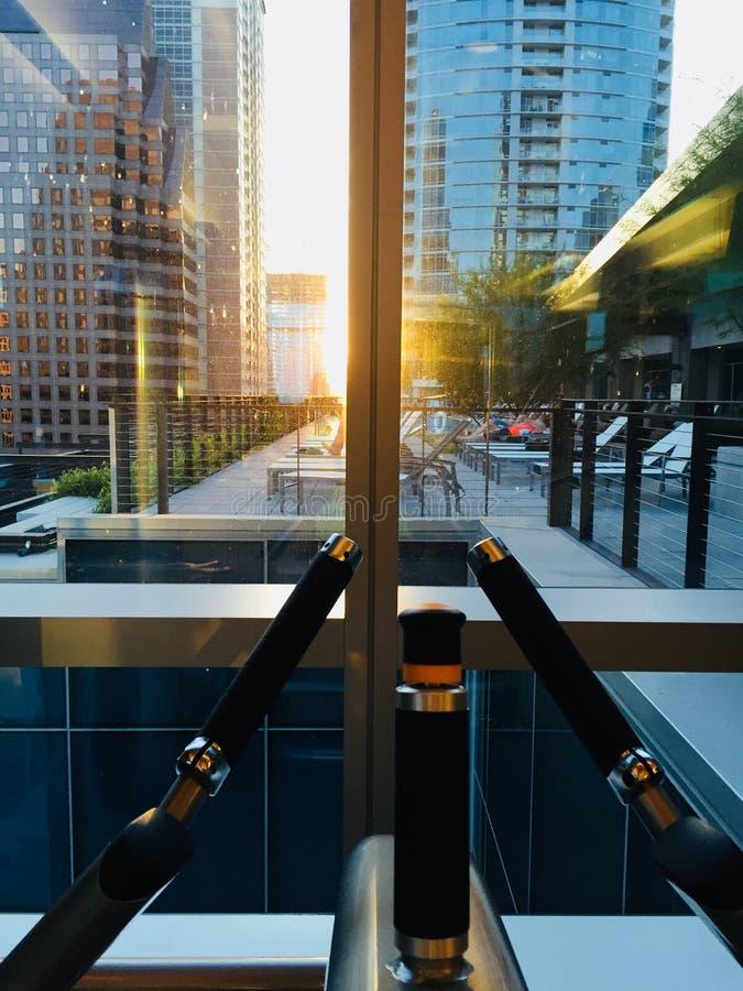 Utför utrustning framför ett fönster som förbiser staden Austin, TX fotografering för bildbyråer