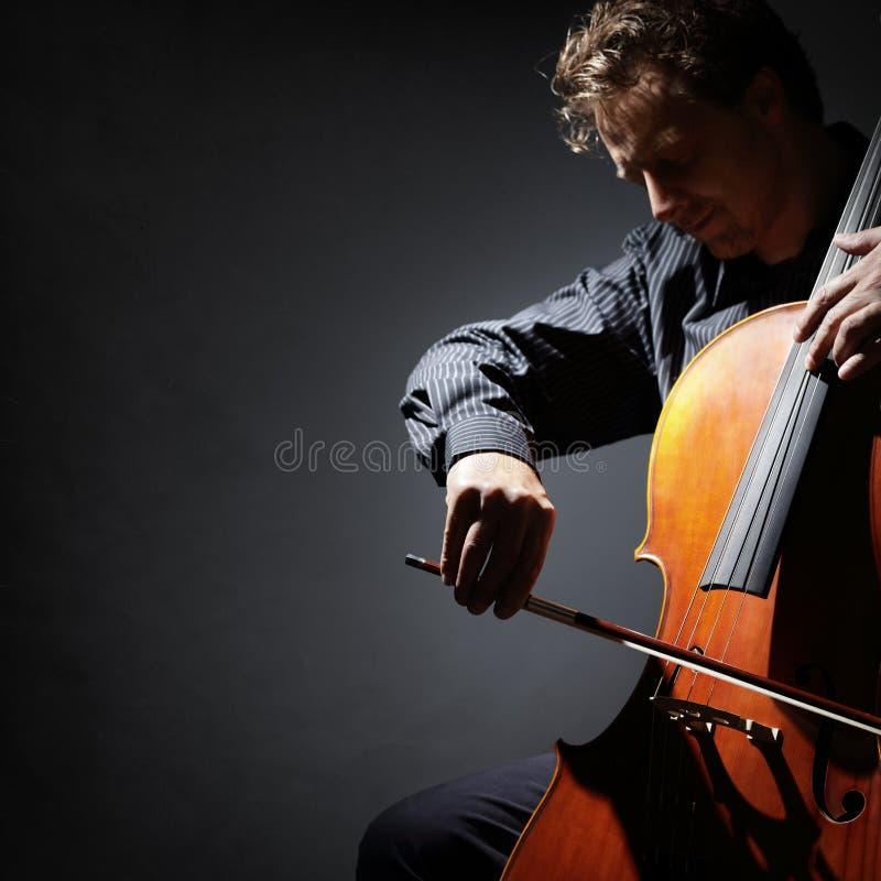 Utföra för för violoncellspelare eller cellist royaltyfria bilder