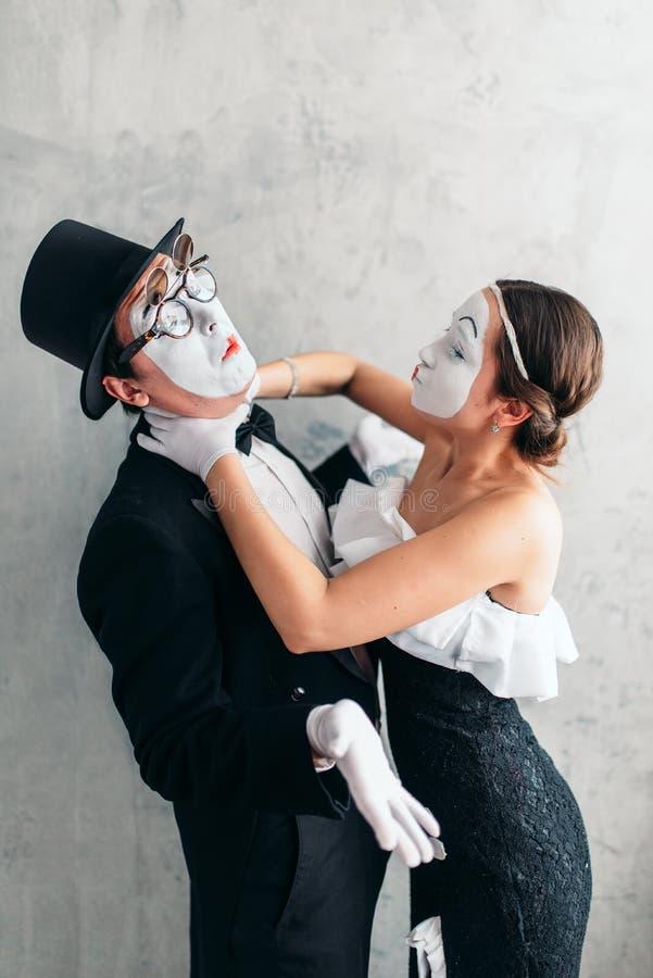Utföra för två pantomimteaterkonstnärer arkivfoton