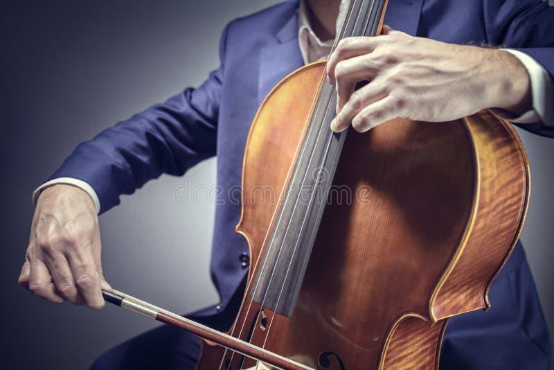 Utföra för för violoncellspelare eller cellist royaltyfri bild