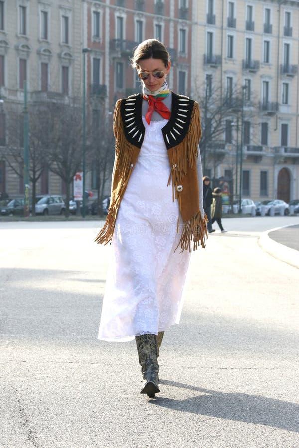 Utförande catwalk vinter 2015 2016 för höst för streetstyle för Milano, milan för Clara racz modevecka royaltyfri bild
