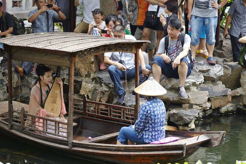 Utförande kinesiska traditionella musikinstrument för en kinesisk flicka, fyra-stringed kinesisk lurendrejeri royaltyfria bilder