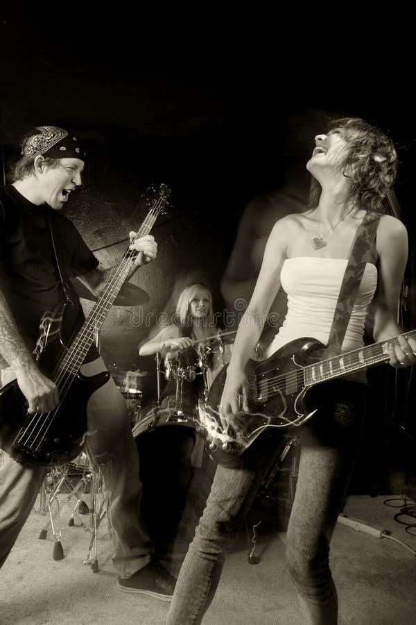 utförande rock för band royaltyfri foto