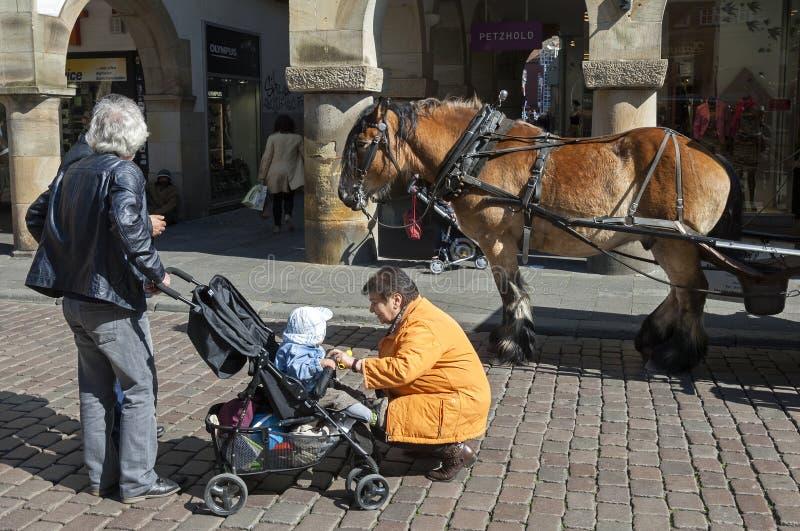 Utflyktmorföräldrar med barnbarnet som att bry sig åldring arkivfoto